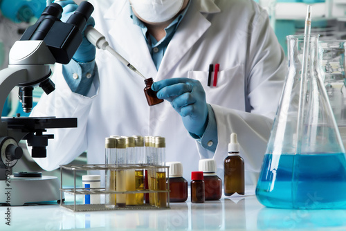 Fotografia  researcher taking reactive with pipette for analysis in the research laboratory