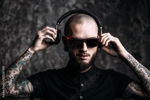 Papiers peints Magasin de musique guy listenig to music