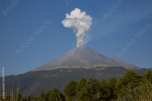 Volcan Popocatepetl con pequeña fumarola Wallpaper Mural
