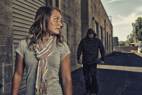 Girl who knows self defense sees a man walking behind her. Fototapet