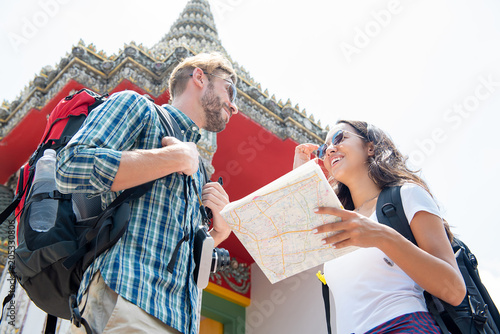 Papiers peints Lieu connus d Asie Tourist backpackers traveling in ancient Thai temple on vacations in Thailand