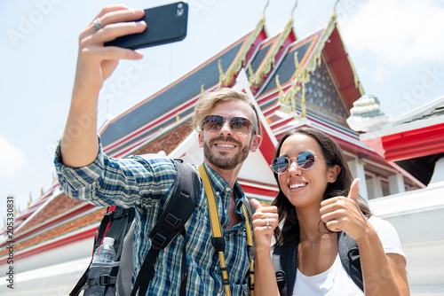 Papiers peints Lieu connus d Asie Tourist couple taking selfie at Thai temple on vacations in Thailand