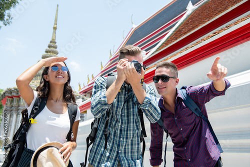 Papiers peints Lieu connus d Asie Group of young tourist backpacker friends at Thai temple on summer vacation traveling in Bangkok Thailand