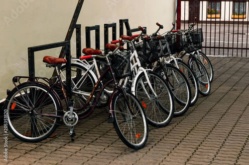 Photo city bicycles for rent stand in a row on a cobbled street of Copenhagen, Denmark