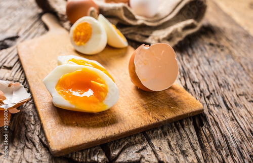 Poster de jardin Ouf Close-up boiled or raw chicken eggs on wooden board