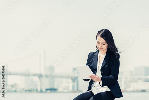 Obraz na plátně タブレットPCを使う女性・ビジネスイメージ