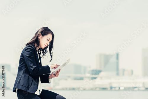 Fotografie, Obraz  タブレットPCを使う女性・ビジネスイメージ
