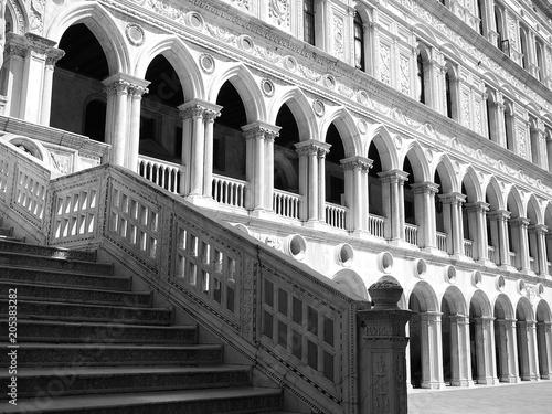 Fotografie, Obraz escalier cour centrale du Palais des Doges à Venise, Italie