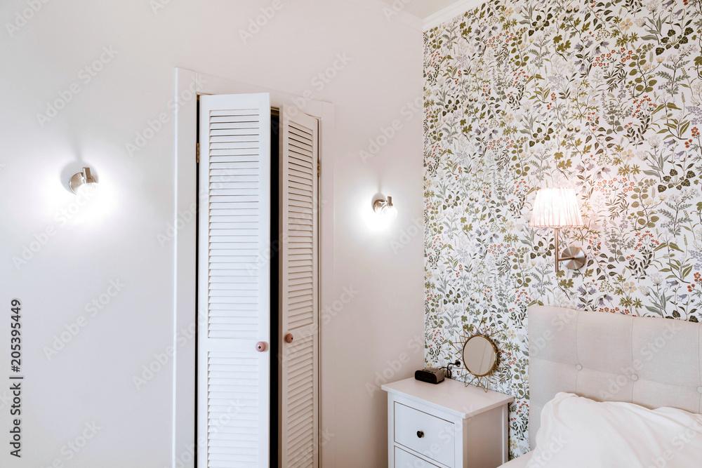 Gemütliches Schlafzimmer, Nachttisch und Kleiderschrank Foto, Poster ...