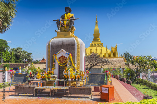 Foto  Statue of King Setthathirat with Pha That Luang in the background, Vientiane, Laos, Indochina, Southeast Asia