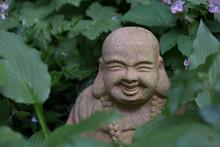 Buddha Statue Im Blumenbeet