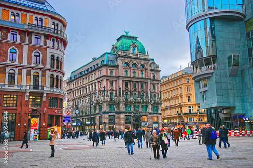 Crédence de cuisine en verre imprimé Vienne People walking in Vienna in Stephansplatz