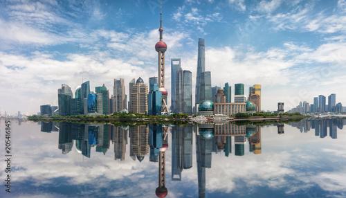 Foto auf AluDibond Shanghai Panoramasicht auf die Skyline von Shanghai mit Reflektionen im Huangpu Fluss, China