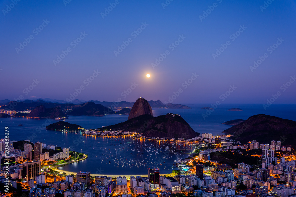 Fotografía View to Pao de Acucar (Sugar Loaf Mountain) during beautiful  full moon at Miran