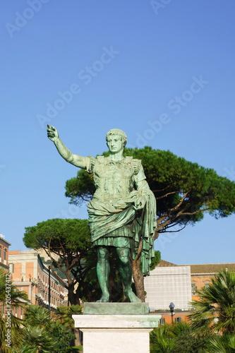 Fotografía  Statue of Caesar of Naples