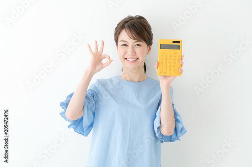Fényképezés  電卓を持つ女性・OK