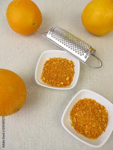 Tuinposter Kruiderij Orangenabrieb von Bio-Orangen und eine Reibe