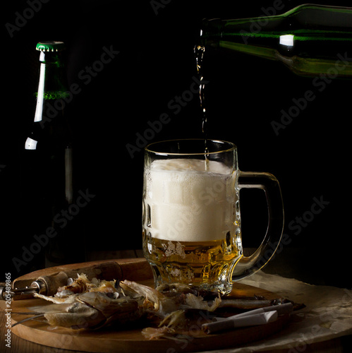Fotobehang Bier / Cider пиво напиток стоит на столе в бокале