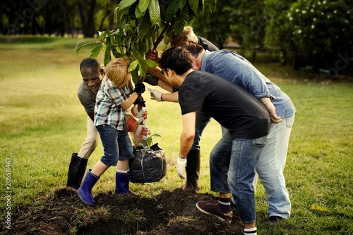 Fotografía  Group of people planting a new tree