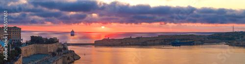 Poster de jardin Europe Méditérranéenne Colorful sunrise panorama with cruise ship in bay