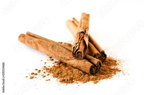 Foto op Plexiglas Kruiderij Cinnamon sticks and powder isolated on white background