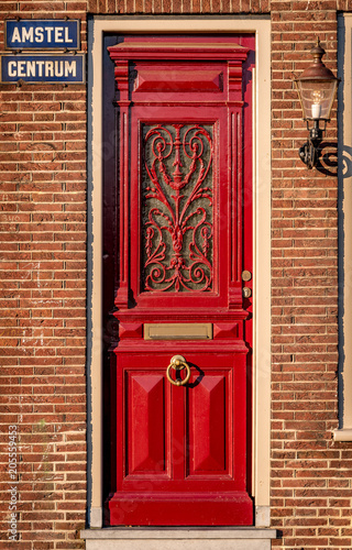 Photo  Alte rote Haustür aus Holz in Amsterdam