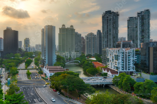 Staande foto Aziatische Plekken City Skyline along Singapore River