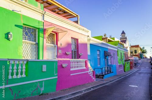 Naklejka premium Jaskrawo kolorowe domy w historycznej dzielnicy Bo-Kaap, Kapsztad, RPA