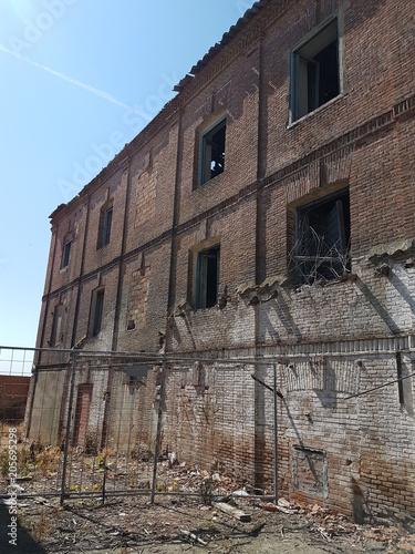 In de dag Oude verlaten gebouwen Abandoned red brick factory