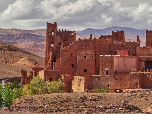 Papiers peints Con. Antique Ancient kasba Ath Benhadu, fortress with high walls on top of a hill, Ouarzazate district, Morocco.