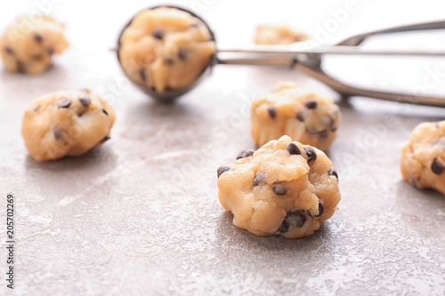 In de dag Koekjes Cookie dough with chocolate chips and scoop on light background