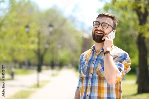 Fotografía  Portrait of young man talking on phone outdoors