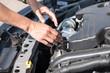 Auto Motor mit Händen um etwas zu reparieren