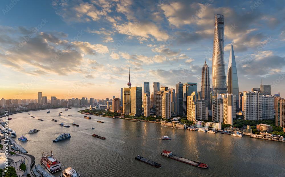 Photo  Blick auf die modernen Wolkenkratzer der Skyline von Shanghai bei Sonnenuntergan