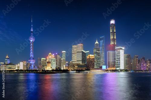Photo  Die beleuchtete Skyline von Shanghai in China bei Nacht mit Sternenhimmel