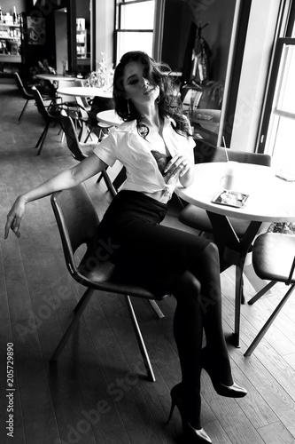 Keuken foto achterwand Muziekband woman with dark curly hair in elegant dress sitting in elegant restaurant