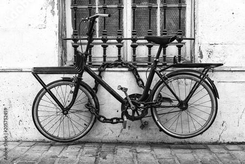 Fotografia  Bicicletta legata nel vicolo