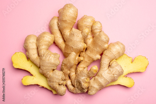 Fotografia Trendy food flat lay concept on light pink background with fresh big ginger root