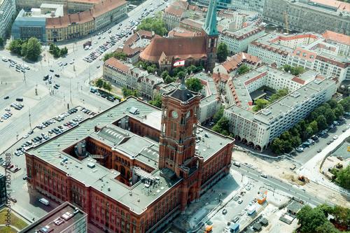 Zdjęcie XXL BERLIN, NIEMCY - 17 maja 2018: Widok z wieży telewizyjnej na zabytki miasta i czerwony ratusz