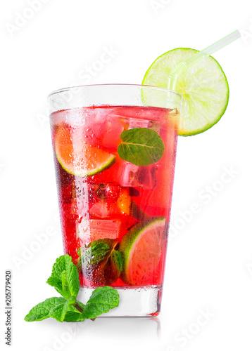 szklanka-zimnego-czerwonego-koktajlu-ze-slomka-na-bialym-tle