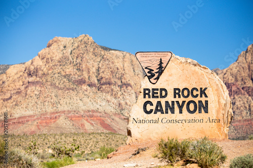 Poster Parc Naturel Rock boulder sign for Red Rock Canyon in Las Vegas Nevada with mountains in the background