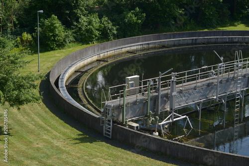 Türaufkleber Darknightsky Kläranlagen Becken mit Natur und grüner Wiese im Sommer