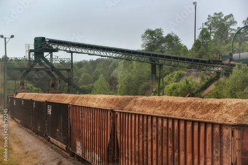 """Valokuvatapetti """"Making Chips"""" American Tour Series rusted boxcars are loaded with wood chips at"""
