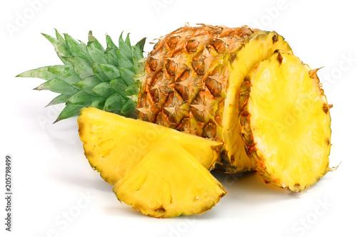 Fototapeta Ananas  ananas-z-plastrami-na-bialym-tle