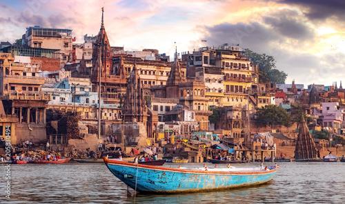 Miasto Varanasi ze starożytną architekturą. Widok święty Manikarnika ghat przy Varanasi India przy zmierzchem.