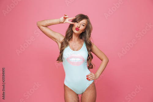 Photo  Portrait of a pretty young woman dressed in swimsuit
