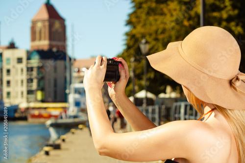 Foto  Schöne elegante Frau, die Fotos mit Kamera macht