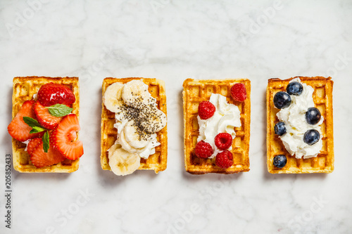 Fotografía  Traditional belgian waffles with whipped cream and fresh fruits