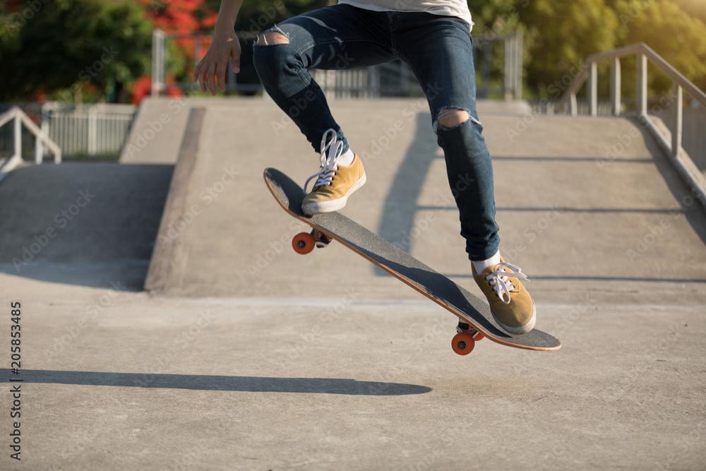 Fototapeta skateboarder skateboarding on skatepark