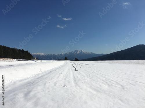 Fotografie, Obraz  雪原からの百名山恵那山、椛の湖そば畑。